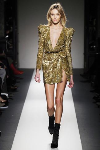 Comment porter: robe fourreau pailletée dorée, bottines en velours noires, ceinture serre-taille noir et doré