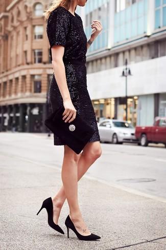 Comment porter: robe fourreau pailletée noire, escarpins en daim noirs, pochette en velours ornée noire