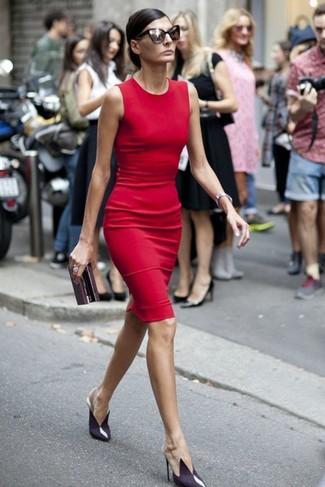 Comment porter: robe fourreau rouge, escarpins en cuir violets, pochette en cuir bordeaux