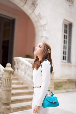 Comment porter: robe fourreau blanche, sac bandoulière en cuir turquoise, ceinture dorée, bandeau à fleurs doré
