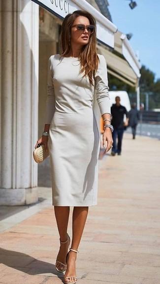 Comment porter: robe fourreau grise, sandales à talons en cuir beiges, pochette en cuir dorée, lunettes de soleil marron foncé