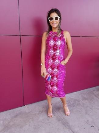 Pense à associer une robe fourreau ornée fuchsia avec une montre dorée pour créer un style chic et glamour. Une paire de des sandales à talons en cuir roses est une option génial pour complèter cette tenue.