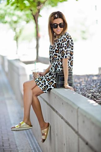 Comment porter: robe fourreau imprimée léopard marron clair, sandales plates en cuir dorées, pochette en cuir à clous noire, lunettes de soleil noires