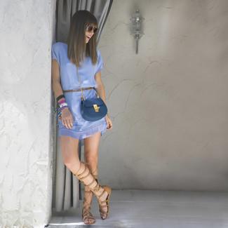 Comment porter: robe fourreau bleu clair, sandales spartiates hautes en cuir marron clair, sac bandoulière en cuir bleu, lunettes de soleil marron