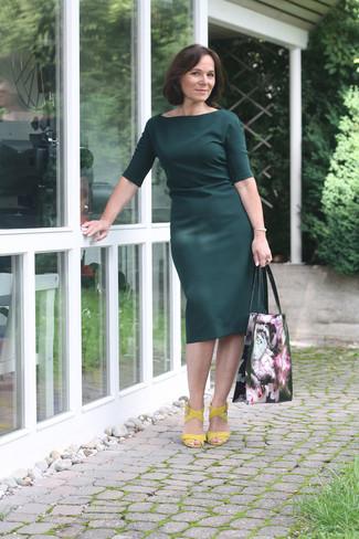 Comment porter: robe fourreau vert foncé, sandales à talons en cuir jaunes, sac fourre-tout en cuir à fleurs noir