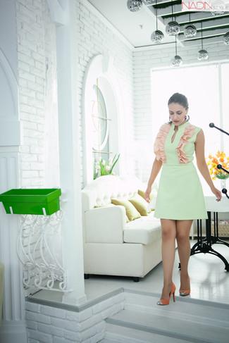 Comment porter: robe fourreau vert menthe, escarpins en daim orange, boucles d'oreilles multicolores
