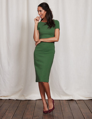 Comment porter: robe fourreau verte, escarpins en daim bordeaux