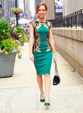 Comment porter: robe fourreau verte, escarpins en daim verts, cartable en cuir matelassé noir