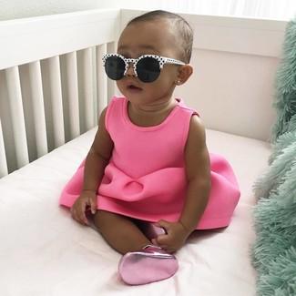 Comment porter: robe fuchsia, ballerines fuchsia, lunettes de soleil blanches et noires