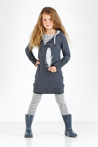 Comment porter: robe en coton gris foncé, t-shirt à rayures horizontales blanc, leggings à rayures horizontales blancs, bottes de pluie gris foncé