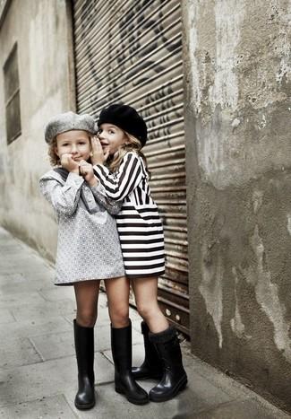 Comment porter: robe grise, bottes de pluie noires, béret gris