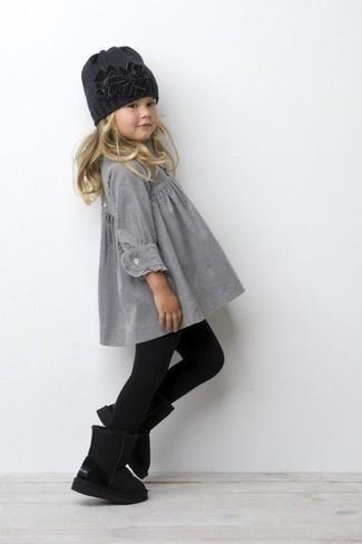 Comment porter: robe grise, bottes ugg noires, bonnet gris foncé, collants noirs