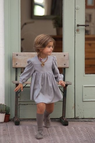 Comment porter: robe grise, chaussures richelieu grises, chaussettes grises