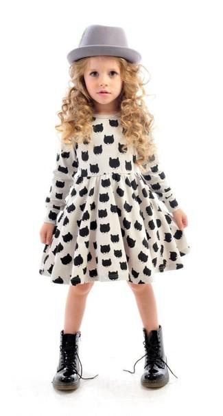 Comment porter: robe imprimée blanche et noire, bottes noires, chapeau gris