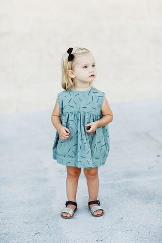 Comment porter: robe imprimée bleu clair, sandales argentées