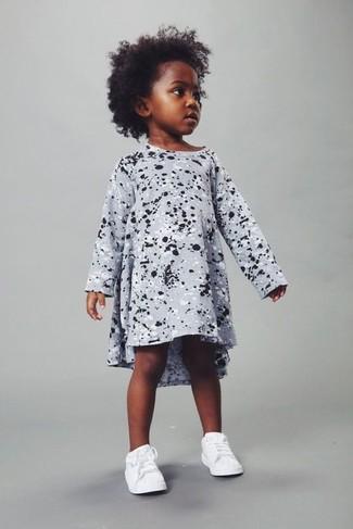 Comment porter: robe imprimée grise, baskets blanches