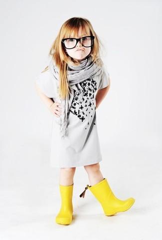 Comment porter: robe imprimée grise, bottes de pluie jaunes, écharpe grise
