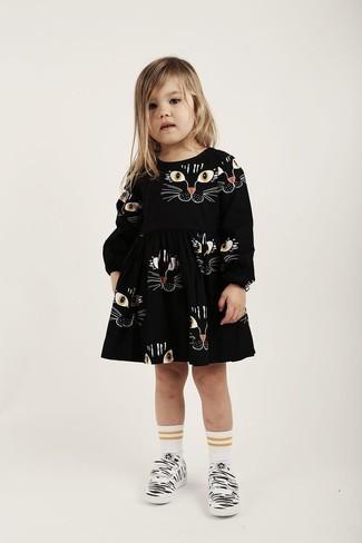 Comment porter: robe imprimée noire, baskets blanches, chaussettes blanches