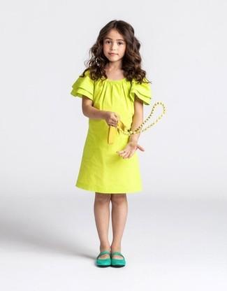 Comment porter: robe jaune, ballerines vertes