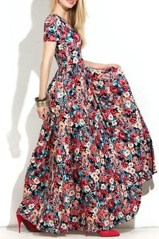 Comment porter une robe longue à fleurs multicolore: Opte pour une robe longue à fleurs multicolore pour un look confortable et décontracté. Cette tenue se complète parfaitement avec une paire de des escarpins en cuir rouges.