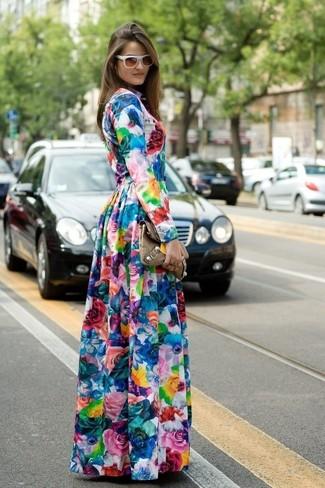 Comment porter une robe longue à fleurs multicolore: Porte une robe longue à fleurs multicolore pour créer un look génial et idéal le week-end.