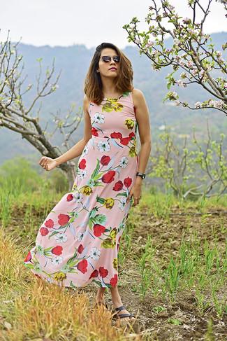 Comment porter: robe longue à fleurs rose, sandales plates en cuir noires