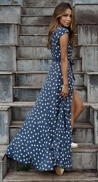 Comment porter: robe longue á pois bleu marine et blanc, espadrilles blanches