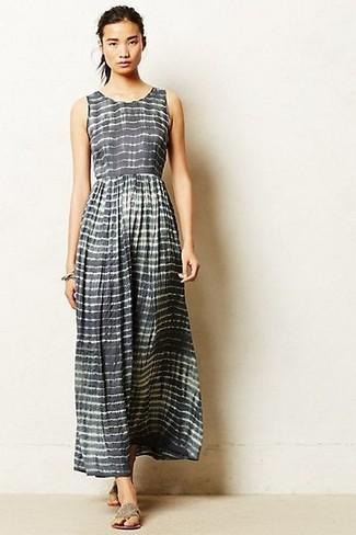 Comment porter: robe longue à rayures horizontales grise, tongs grises