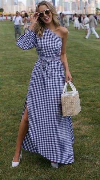 Comment porter: robe longue à carreaux blanc et bleu marine, escarpins en cuir bleu clair, sac fourre-tout de paille beige, lunettes de soleil noires et blanches