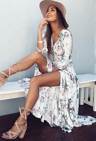 Comment porter: robe longue à fleurs blanche, sandales spartiates en daim beiges, chapeau beige, bracelet argenté
