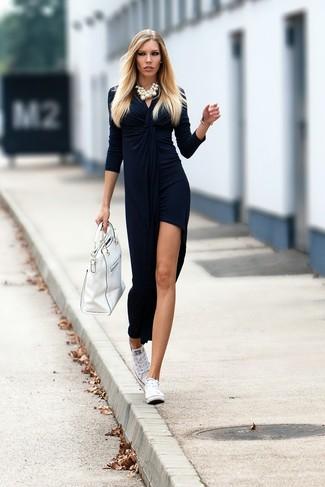 Comment porter: robe longue en velours fendue bleu marine, baskets basses en toile blanches, sac fourre-tout en cuir blanc, collier de perles blanc