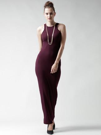 Tenue: Robe longue bordeaux, Escarpins compensés en daim noirs, Collier doré