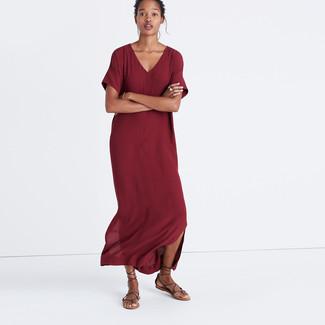 Comment porter: robe longue bordeaux, sandales spartiates en cuir marron foncé