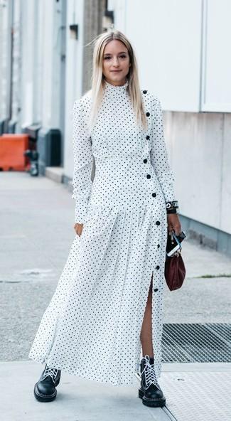 Comment porter une pochette en cuir bordeaux: Pense à marier une robe longue á pois blanche avec une pochette en cuir bordeaux pour une tenue idéale le week-end. Assortis cette tenue avec une paire de des bottines plates à lacets en cuir noires pour afficher ton expertise vestimentaire.