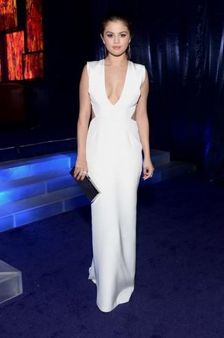 Tenue de Selena Gomez: Robe longue découpée blanche, Pochette noire