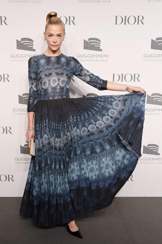Comment porter: robe longue délavée à l'acide bleu marine, escarpins en cuir noirs, pochette blanche