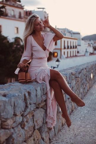 Comment porter: robe longue en chiffon rose, sandales à talons en cuir marron clair