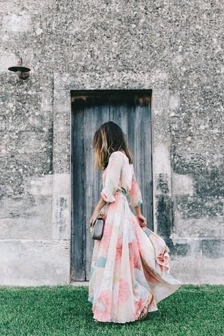 Comment porter: robe longue en chiffon à fleurs rose, sandales spartiates en cuir marron, sac bandoulière en cuir gris