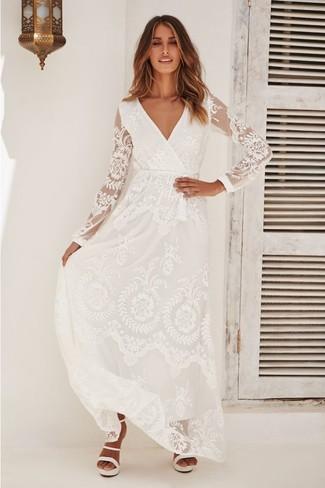 Comment porter: robe longue en dentelle blanche, sandales à talons en cuir blanches