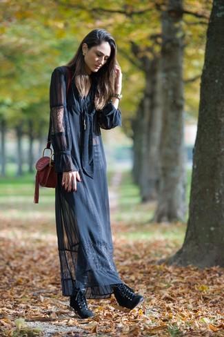 Comment porter: robe longue en dentelle noire, bottines à lacets en cuir noires, sac bandoulière en cuir bordeaux
