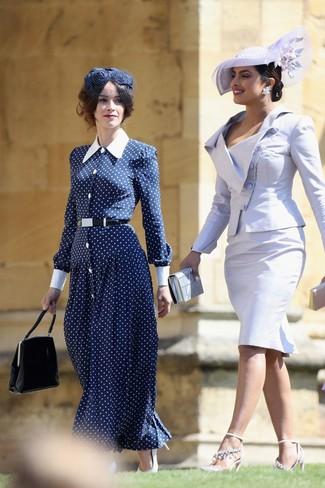 Comment porter: robe longue á pois bleu marine et blanc, escarpins en cuir blancs, sac à main en cuir noir, chapeau orné bleu marine