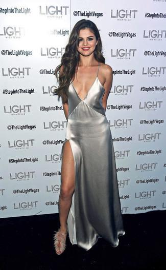 Tenue de Selena Gomez: Robe longue fendue argentée, Sandales à talons en fourrure grises