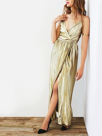 Comment porter une robe longue fendue dorée: Affiche ton côté espiègle avec une robe longue fendue dorée. Une paire de des escarpins en daim noirs est une option judicieux pour complèter cette tenue.