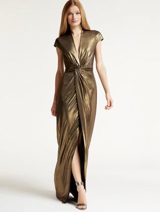 Comment porter une robe longue fendue dorée: Pense à porter une robe longue fendue dorée pour une tenue idéale le week-end. Assortis ce look avec une paire de des sandales à talons en cuir argentées.
