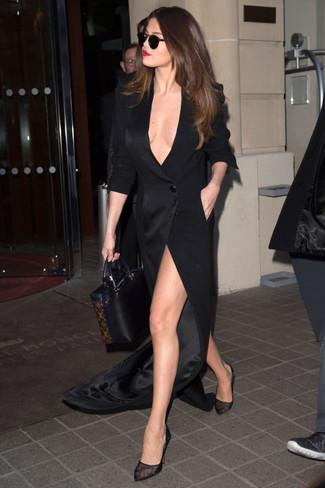Tenue de Selena Gomez: Robe longue fendue noire, Escarpins en tulle noirs, Sac fourre-tout en cuir noir
