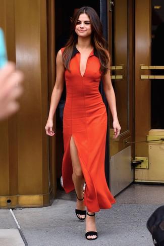 Comment porter une robe longue fendue dorée: Pense à opter pour une robe longue fendue dorée pour un look confortable et décontracté. Cet ensemble est parfait avec une paire de des sandales à talons en daim noires.