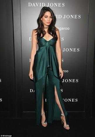 Comment porter: robe longue fendue vert foncé, sandales à talons en daim ornées beiges, collier ras de cou doré