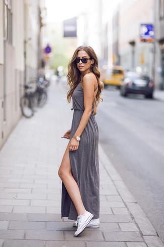 Comment porter: robe longue fendue grise, baskets basses en toile blanches, pendentif doré, montre dorée