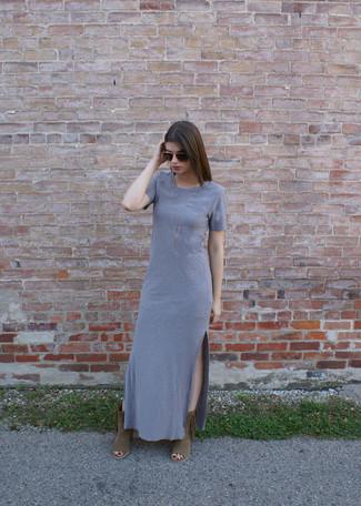 Comment porter: robe longue grise, bottines en daim à franges marron, lunettes de soleil marron foncé, collier doré