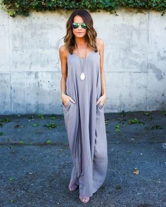 Comment porter: robe longue grise, sandales à talons en daim grises, lunettes de soleil vertes, pendentif blanc